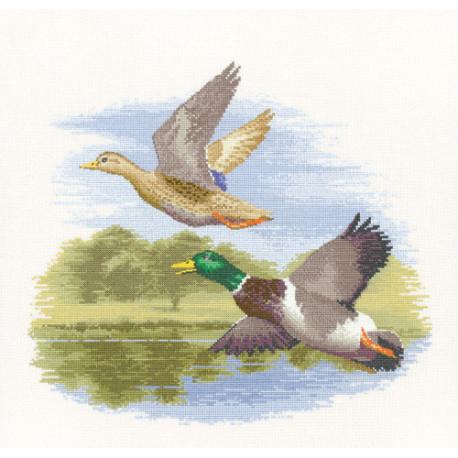 Схема для вышивания Heritage Crafts Mallard Ducks in Flight HC651